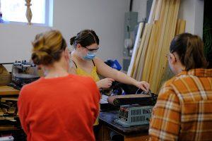 Une jeune du programme de Soutien aux raccrocheurs participe à un atelier manuel